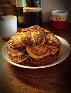 Paleo pancakes (utan vetemjöl & socker) som hon stekte så ljuvligt gyllenbruna! :D